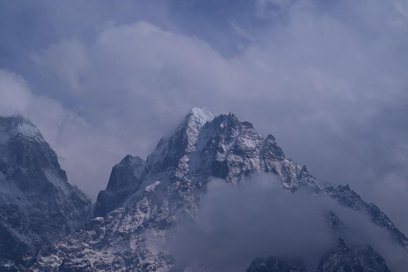 Один в гостях у Канченджанги : треккинг к третьей вершине мира с северной и южной стороны в весеннем сезоне 2021 года.